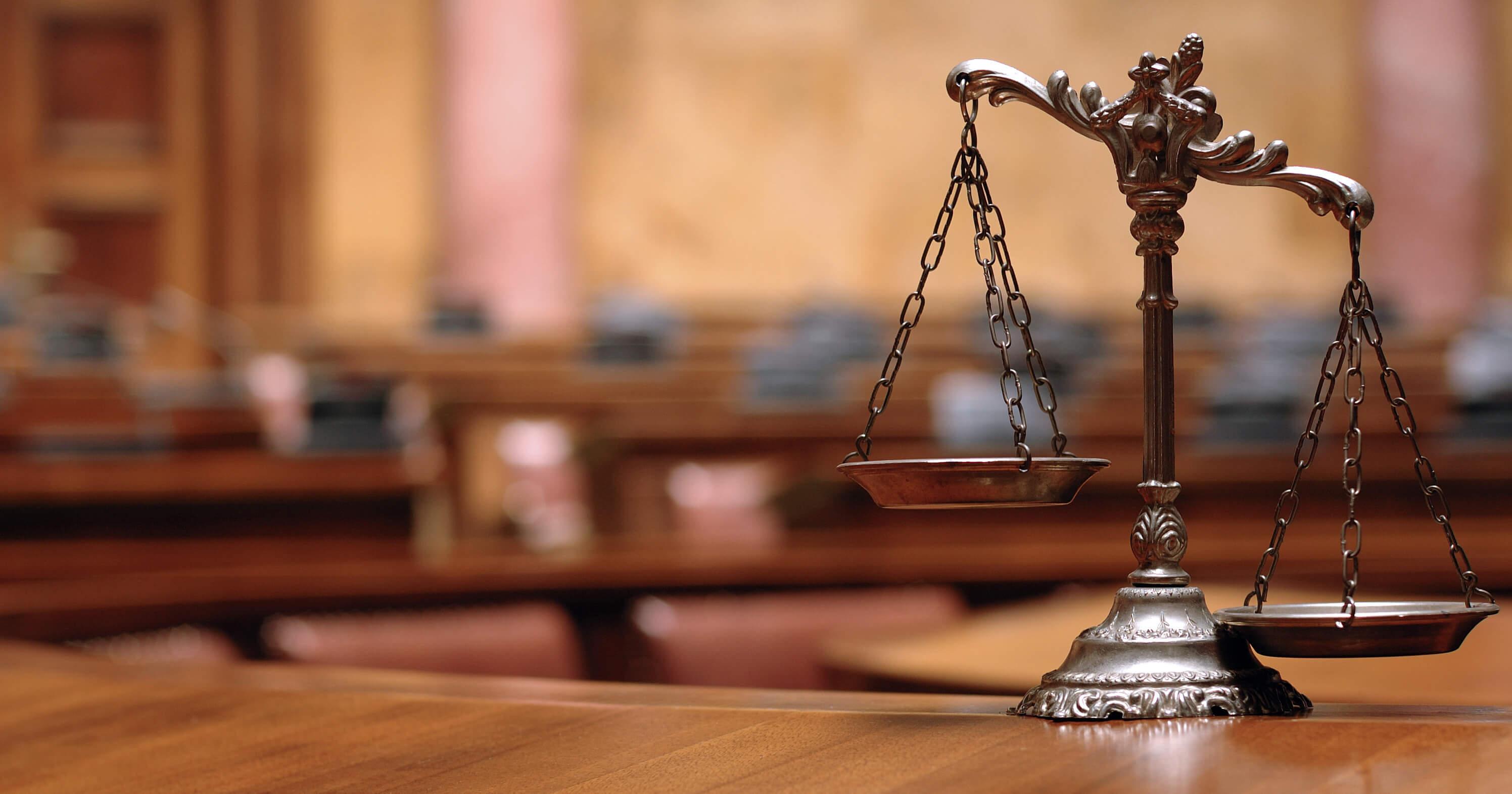 Klepsydra będąca symbolem pomocy prawnej dla osób przed wysokim sądem