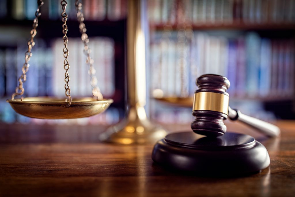 Symbole prawnicze wskazujące na profesjonalną pomoc adwokacką